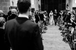 binnenkomst kerk bruid winterhuwelijk